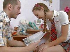 Tiny tiener gebruikt door twee grote lullen