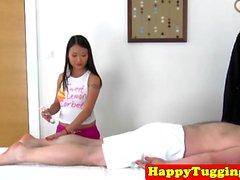 Bigtitted massaggiatrice Asia masturba cazzo cliente