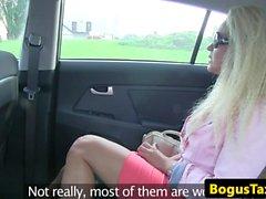 Euro taxi babá doggystyled no banco traseiro