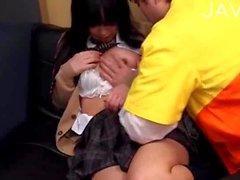 Schüchterne Mädchen Brustwarzen gesaugt