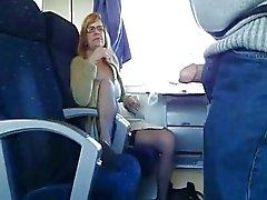 Mogen fru suger i tåg