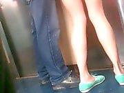 Mostrando nalgas en el der Metro