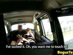 Amatör eurobabe suger av taxichaufför