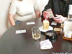 Poker Spiel Einlieger ist von zwei Kerlen gefickt