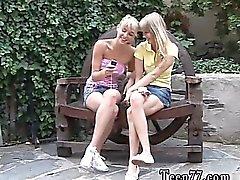 Zwei towheaded junge Lesben Sweethearts