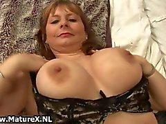 Geile rijpe vrouw in sexy lingerie houdt