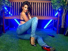 Ella baumelt in Jeans