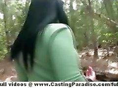 Bella Reese impressionante público gata morena posando ao ar livre