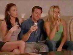 Super cool swinger festa começa logo após um par de taças de vinho