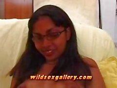 Utangaç Hintli Kız çok yavaş oral seks verir