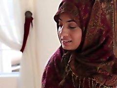 Arabiskt Teen knullas hårt av en stor svart kuk i flera attityder