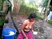 Bangla desi schamlose Dorf Cousin Nupur Baden im Freien