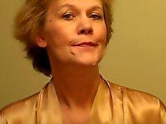 Oude Dame Zet Op een Lingerie en legt een Make -Up