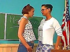 Enseignante les lesbiennes baise étudiante