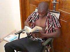 Черный Африканский женоподобный мужчина Георг отбивается
