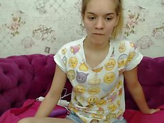 Slave blonde en vivo masturba los juguetes en la webcam