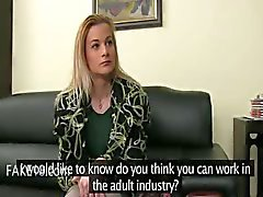 Fake agent erotik med blyg blondin