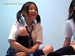 Asiatiska studenter spelar kön videor på sitt college rummet
