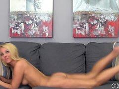 esbelta rubia atractiva Aaliyah amor trae al orgasmo en el sofá