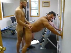 MM два волосатых мышц Huck Fuck Raw в тренажерном зале