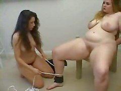 La fille mince punir les grande fille