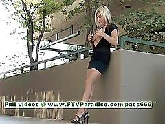 Audrey engelhaften blonde Jugendliche Posieren und zu blinken große Titten