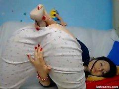 Eccitata Bambina gode di dildoing della camera da letto