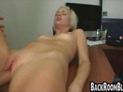 Flicka med piercade klitoris knullar