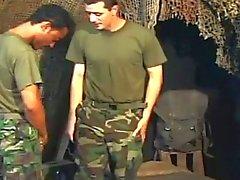 İki gay bir ordu studs The Hardcore anal hızla attığını sahip
