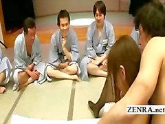 En grupp om ogrish de japanska män klocka finger action