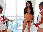 Bikinin Transperson som suger hård dicks på Threesome