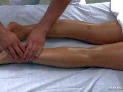 Naked Eva Angelina bekommt durch geschicktes Masseurin zufrieden