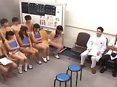 estudantes relutantes estão recebendo as suas conas examinado por um