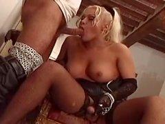 Luxery T s blondes in der schwarzen Wäsche steht Ihnen zur Verfügung