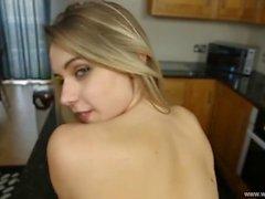 Masturbating di Cutie Adolescente Nella Cucina