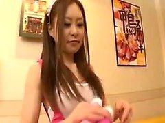 Sıkı beyaz külotlu esnek Japon kız kendine alıyor