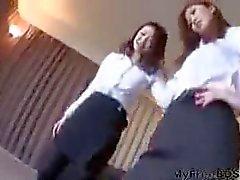 Zwei Sexy Japanese Girls Dominate Typ mit ihren High Heels BDSM Bondage Domina Sklave Vorherrschaft