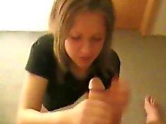 Cute bambina brunette sta dando testa e a deglutire sperma in P