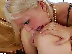 Brutala och långa leksaker i sina anuses
