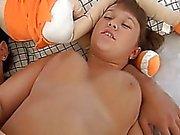 18yo gordinho recebe seu bichano fodido duramente em um sofá