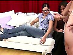 Gruppo dei lattanti CFNM guardare nudi tipo di masturbate