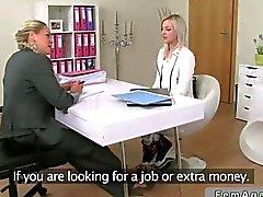 Agente donna fa sue cose nel miglior modo possibile