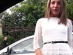 Jugendlich nass geworden gehen schnelle in Auto Fremdlings