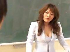 Insegnante caldo Asian mette sopra un abito sexy e mostra la sua favolosa