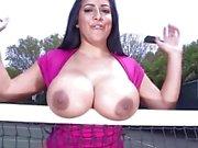 Peituda Kiara gosta de jogar ténis e sexo duro