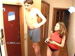 Des amateurs couple de Handjob en couloir