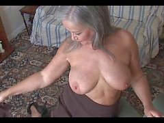 Attraktiva busty granny striptease