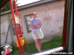 Molliges italienischen redhead mit sich selbst spielt und saugt Hahn im Auto