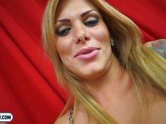 Büyük göğüsleri Blonde transseksüel öfkelenerek oral ve anüs Kahrolası