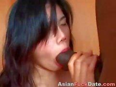 Çinli kız tüm delikleri büyük bir siyah horoz tarafından tartaklandı oluyor